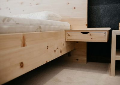 Zirbenbett-Schlafstudio-Nachtkaestchen